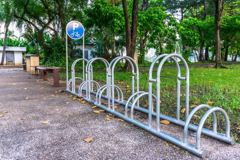 Fahrradparken im Park stockbild
