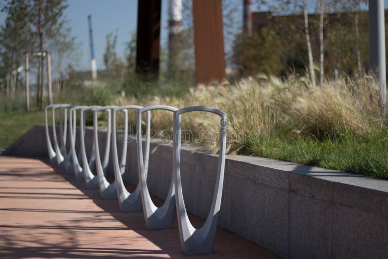 Fahrradparken im Park lizenzfreie stockfotografie
