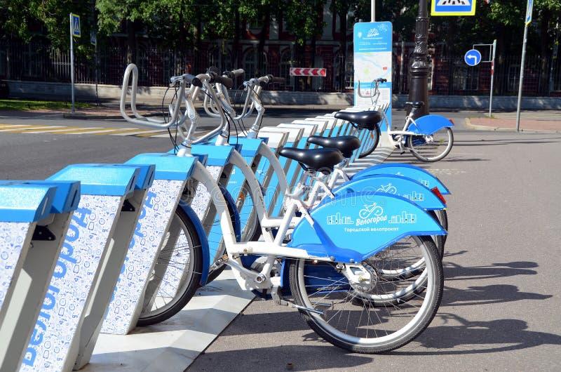 Fahrradparken in St Petersburg lizenzfreies stockbild