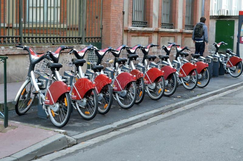 Fahrradparken in Toulouse stockbild