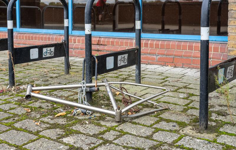 Fahrradrahmen links nach allen Teilen, die aus dem Fahrradständer in London gestohlen wurden stockfoto