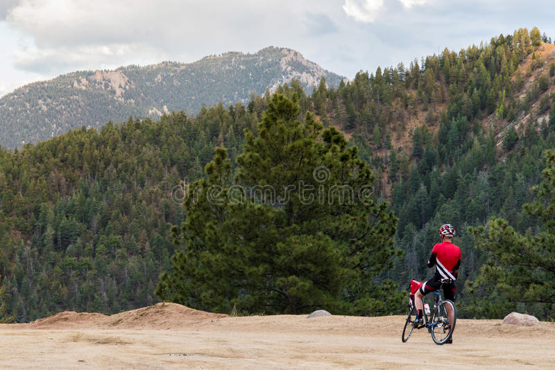 Fahrradreiter und felsiger Bergblick stockbild
