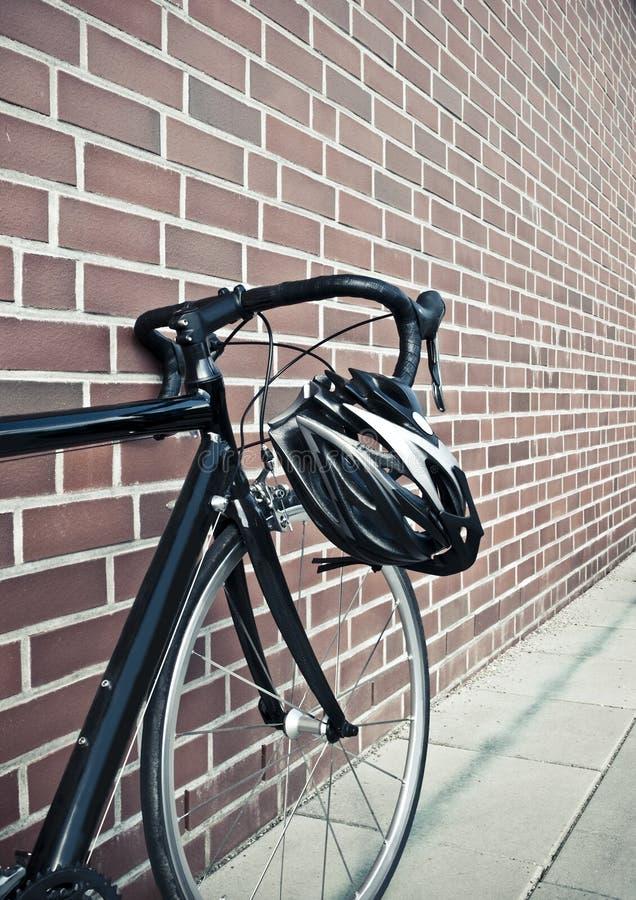 Fahrradsturzhelm auf Rennenstraßenschleife stockfotos