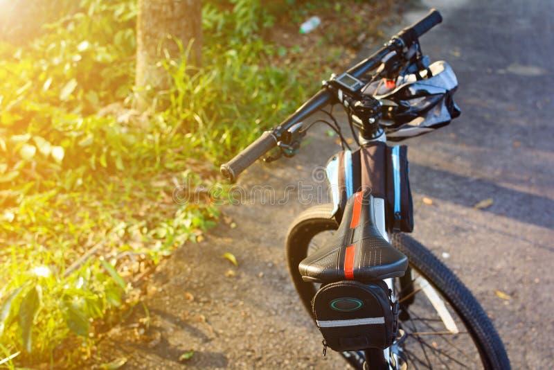 Fahrradsturzhelm und Fahrrad auf der Straße lizenzfreies stockfoto
