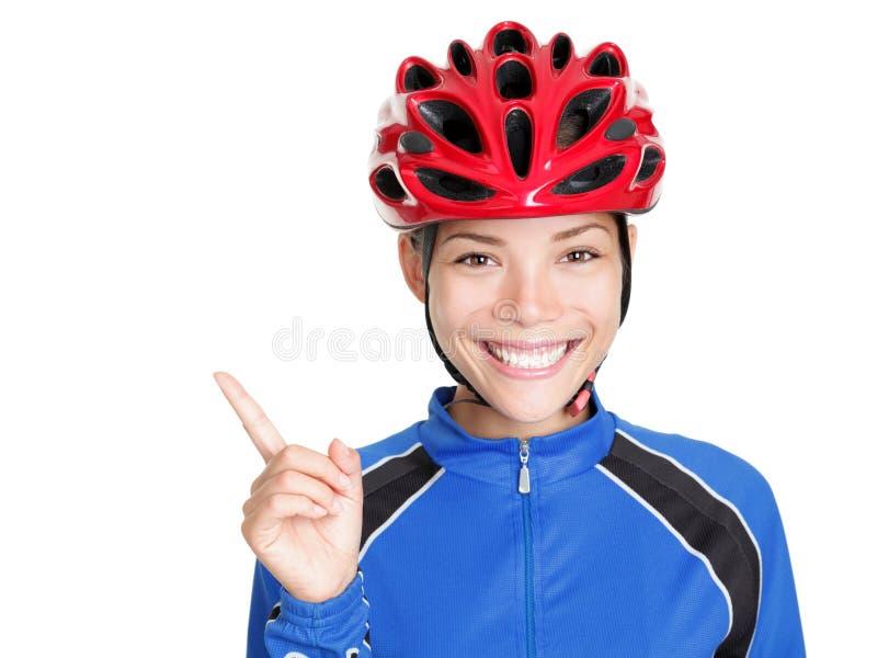 Fahrradsturzhelmfrau, die auf Weiß zeigt lizenzfreie stockfotos