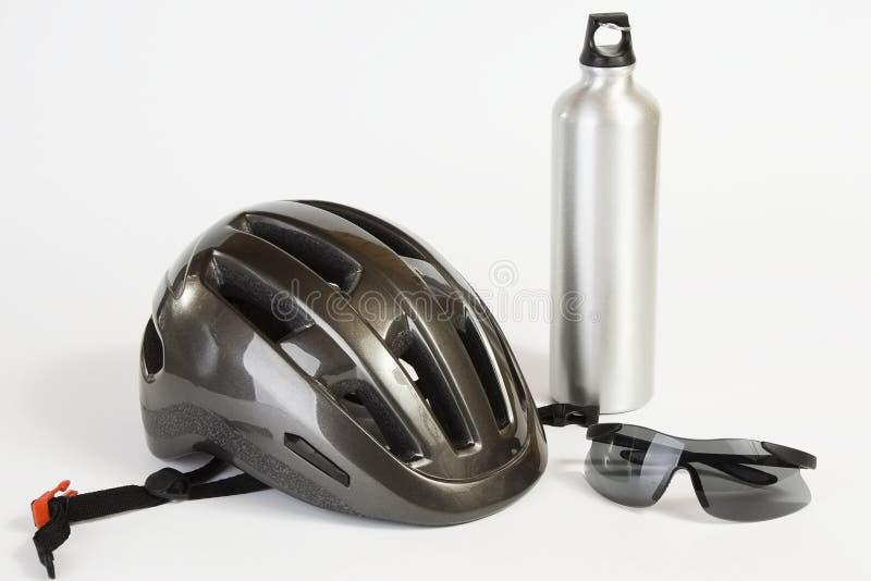 Fahrradsturzhelmsonnenbrillen und Metallwasserflasche stockfoto