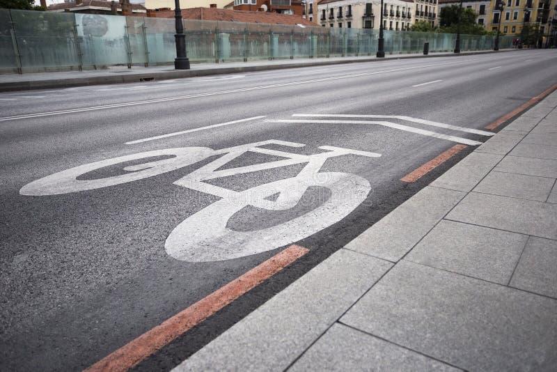 Fahrradweg-Fahrradwegzeichen auf der Straße lizenzfreies stockfoto