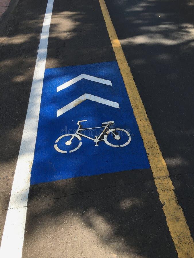Fahrradweg gezeichnet auf die Asphaltstraße Wege für Radfahrer lizenzfreies stockbild