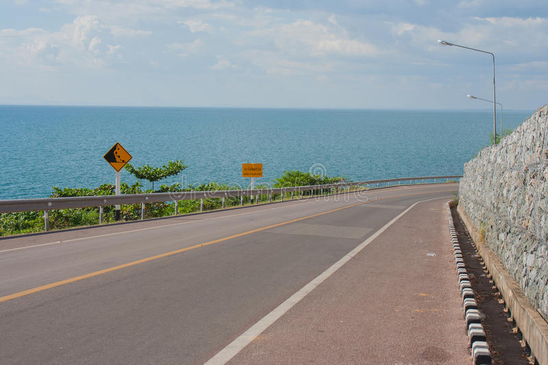 Fahrradweg mit Meerblick-Standpunkt der Straße entlang dem Meer bei Kung Wiman Bay lizenzfreie stockfotos