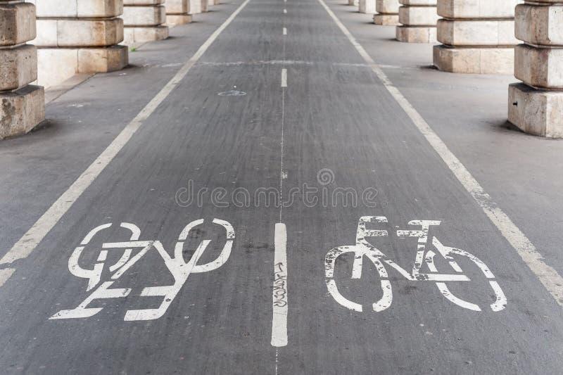 Fahrradweg unter Bercy-Brücke in Paris stockfotos