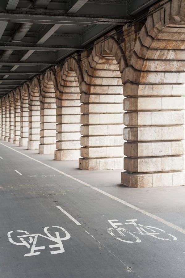 Fahrradweg unter Bercy-Brücke in Paris lizenzfreie stockfotografie