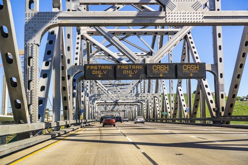 Fahrspur-Bezeichnungsinformationen Fastrak und/oder Bargeld vor der Gebührnpiazza für den Benicia Martinez Bridge; Nord-San stockfotografie