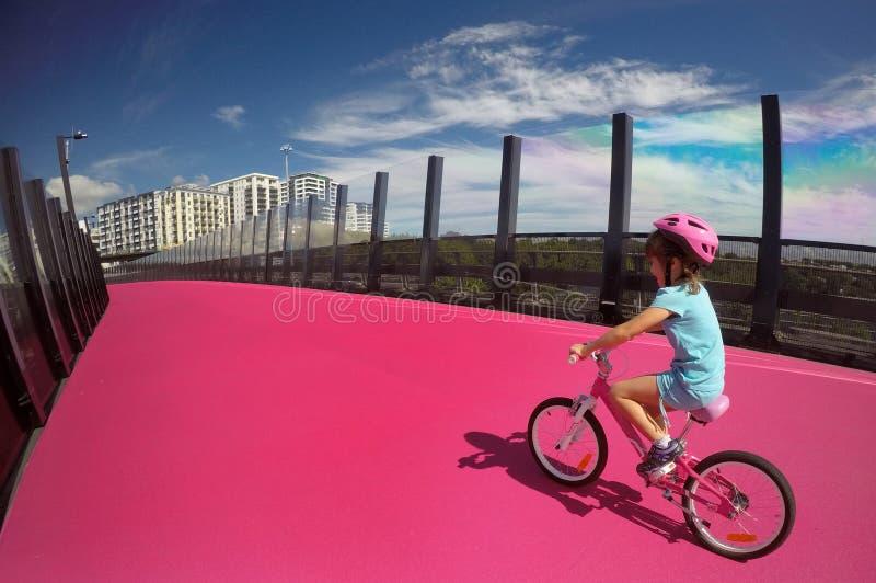 Fahrt des jungen Mädchens ein Fahrrad stockbild