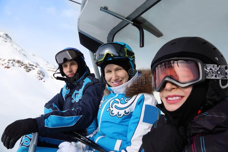 Fahrt mit drei Skifahrern auf funikuläres in den Bergen lizenzfreie stockfotos