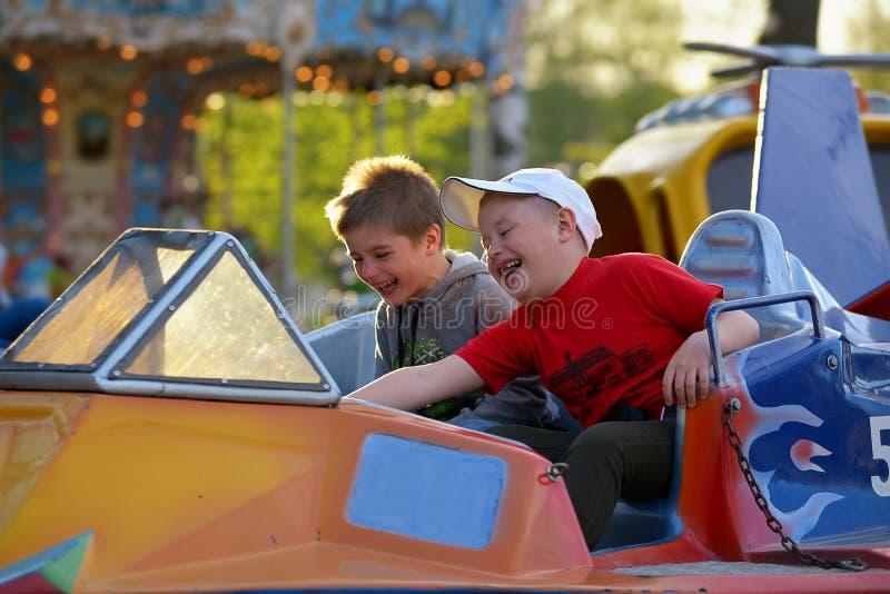 Fahrt mit zwei Brüdern auf das Karussell lizenzfreies stockbild