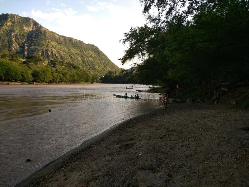 Fahrt um den Fluss durch Kanu stockfotografie