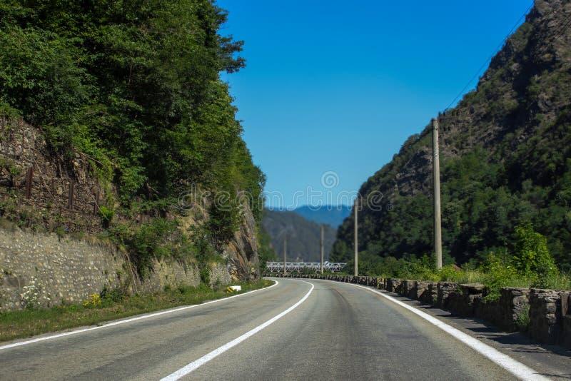Fahrweg durch die Felsen stockfoto