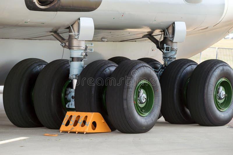 Fahrwerk des Flugzeuges stockfotos
