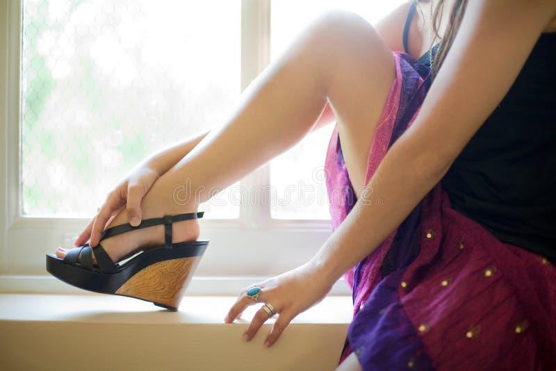 Fahrwerkbein, Fuß und Hände der Frau stockbild