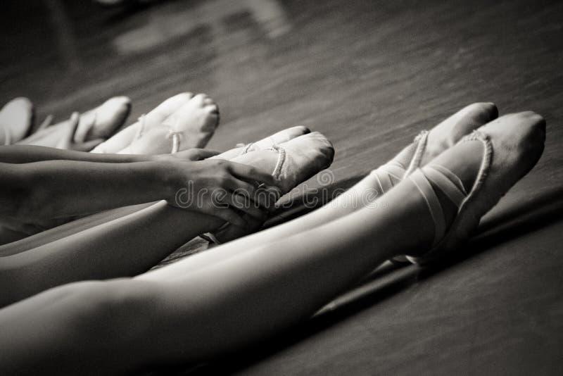Fahrwerkbeine in den Ballethefterzufuhren lizenzfreies stockfoto