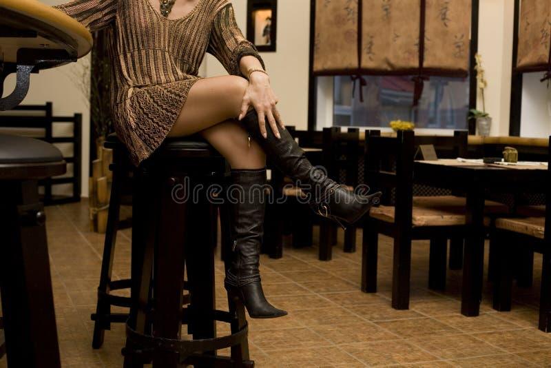 Fahrwerkbeine der Frau lizenzfreie stockfotografie