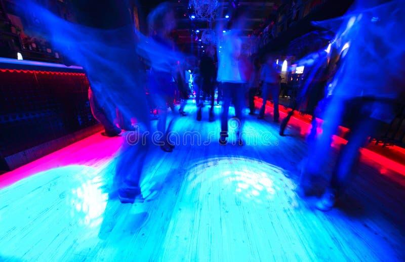 Fahrwerkbeine der Tanzenleute auf Tanzboden stockfoto