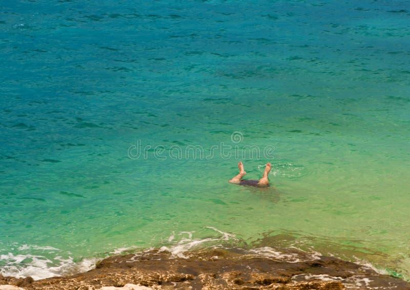 Fahrwerkbeine eines Mannes, der in Meer springt stockfoto
