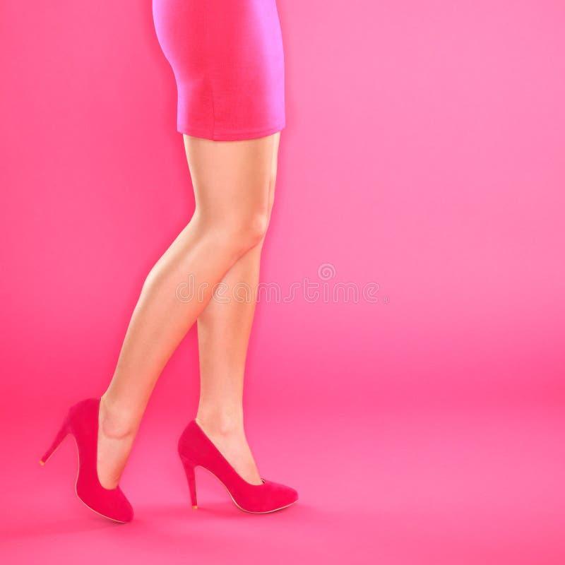 Fahrwerkbeine und rosafarbene Absatzschuhe lizenzfreie stockbilder