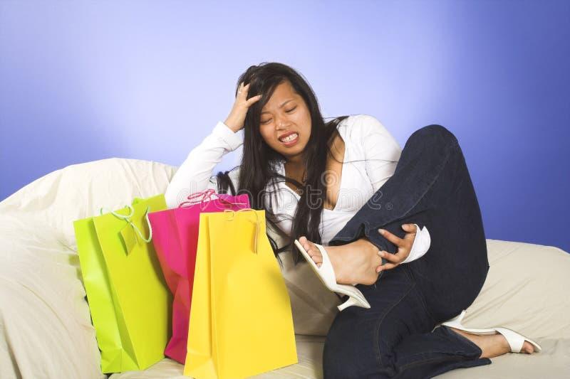Fahrwerkbeinschmerz nach dem Einkauf stockfoto