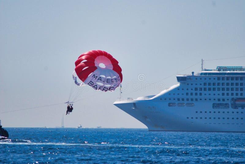 Fahrzeug, Segeln, Meer, Atmosphäre von Erde, Zwischenlage, Ozeandampfer, Fallschirm, Rutsche, Fireboat stockfotografie