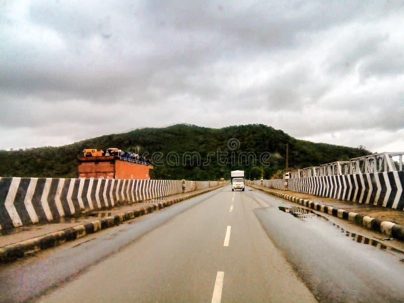 Fahrzeuge auf Brücke lizenzfreie stockfotografie
