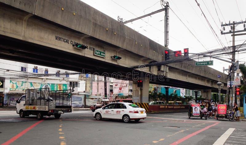 Fahrzeuge laufen auf Straße an Baclaran-Stadt in Manila, Philippinen stockfoto