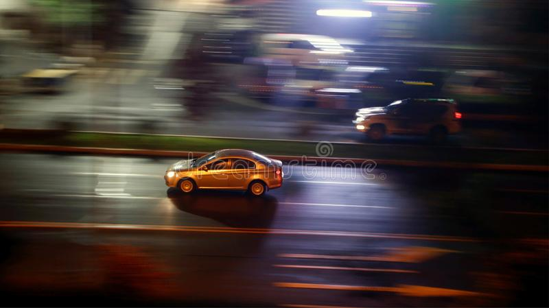 Fahrzeugfahren in die Stadt stockfotografie