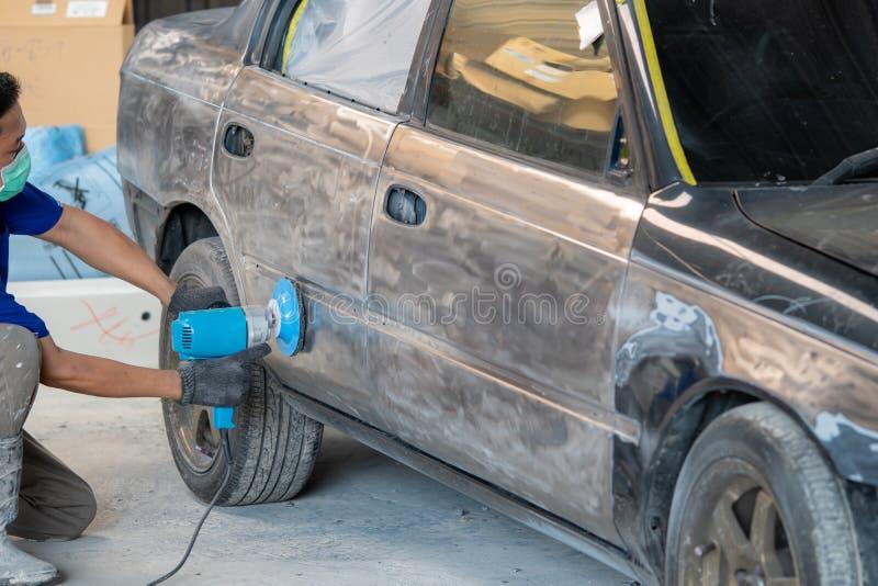 Fahrzeugkarosseriearbeit nach dem Unfall durch das Vorbereiten des Automobils für das Malen während der Reparatur lizenzfreies stockbild