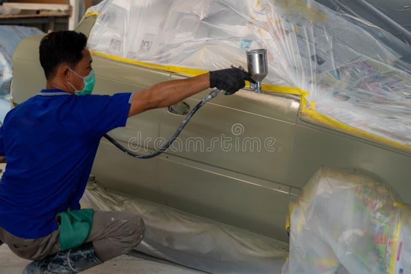 Fahrzeugkarosseriearbeit nach dem Unfall durch das Vorbereiten des Automobils für das Malen während der Reparatur stockbilder