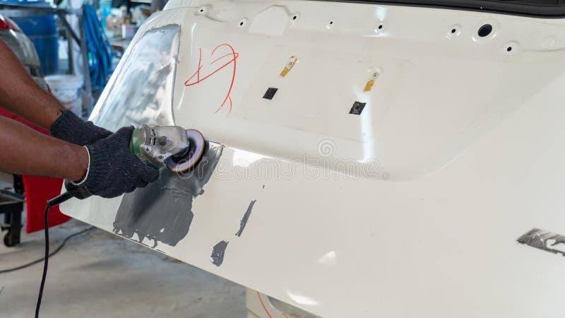 Fahrzeugkarosseriearbeit nach dem Unfall durch das Vorbereiten des Automobils f?r das Malen w?hrend der Reparatur stockbilder