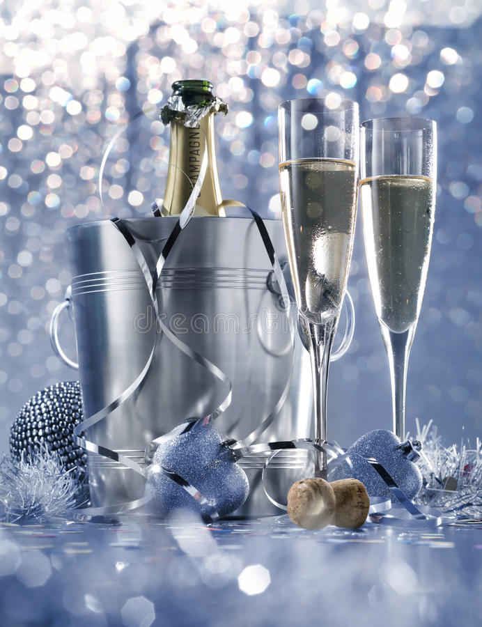 Faible argent blanc léger et soirée du Nouveau an romantique bleue image stock