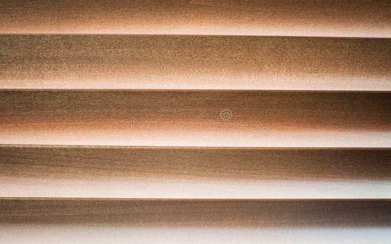 Faible lumi re par la jalousie en bois photo stock image for Fenetre jalousie en bois