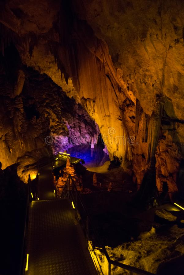 Faible texture en pierre de caverne Le lac souterrain est bleu à l'intérieur de la caverne Alanya, Turquie images stock