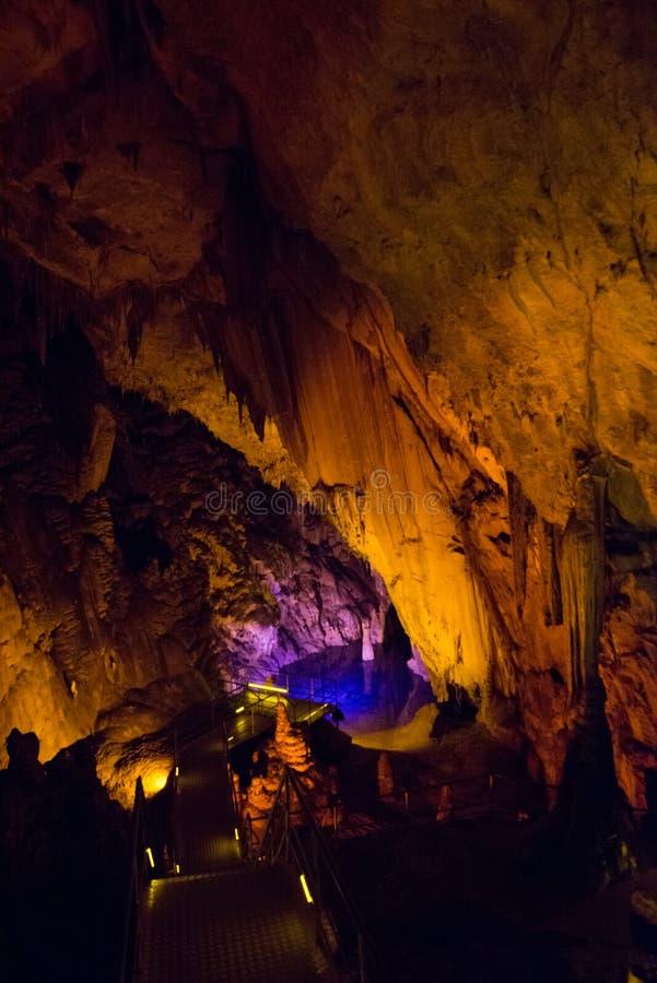 Faible texture en pierre de caverne Le lac souterrain est bleu à l'intérieur de la caverne Alanya, Turquie photo stock
