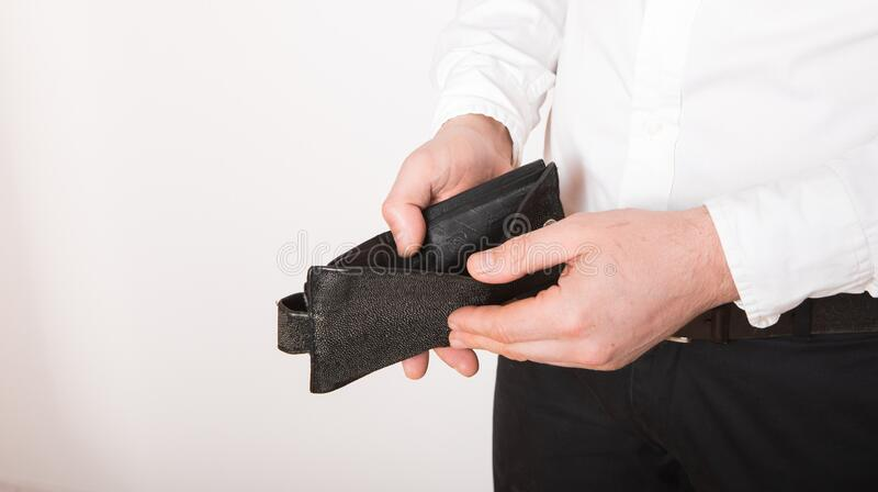 Faillissement - Zakelijke persoon met een lege portefeuille De man die blijk geeft van inconsistentie en gebrek aan geld en niet  stock foto