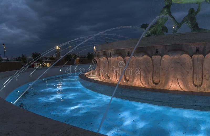 Faimous trzy Triton fontanny brązowi Tritons podtrzymuje ogromnego basen przed miasto bramą w Valletta obraz royalty free