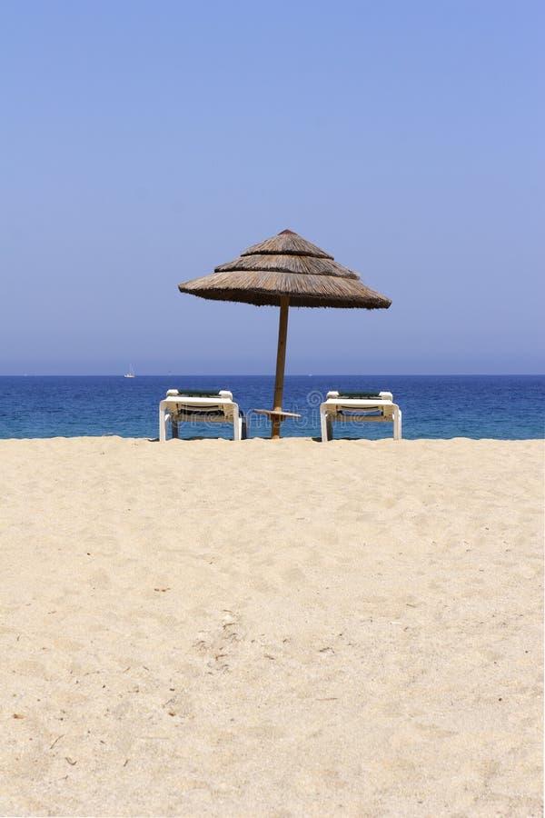 Fainéant de Sun sur la plage sablonneuse vide photos libres de droits