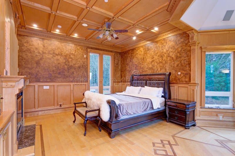 Faire bon accueil à la chambre à coucher de manoir avec du bois rustique coffered le plafond images libres de droits