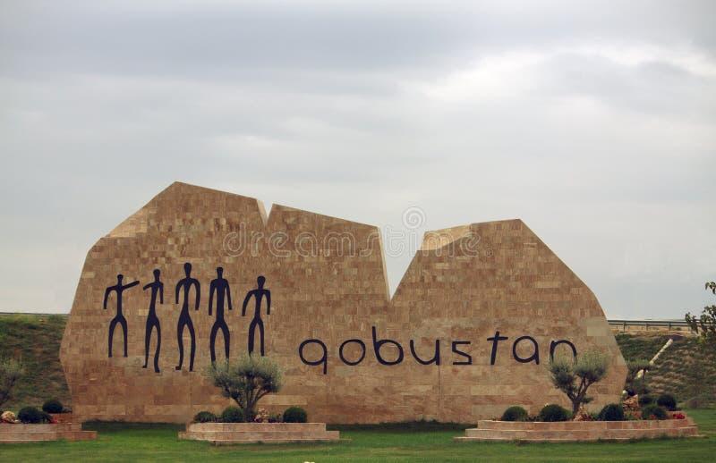 Faire bon accueil au monument au musée en plein air de Gobustan photographie stock