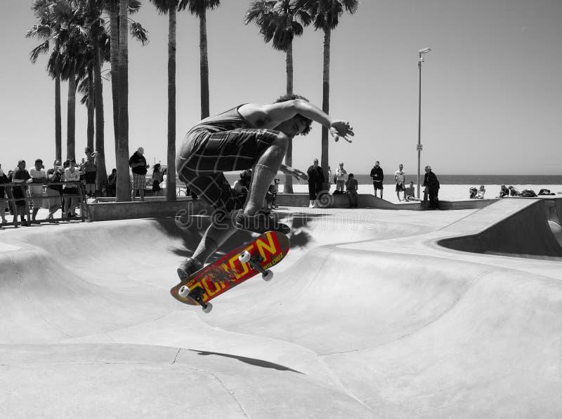 faire de la planche à roulettes à la plage de Venise images libres de droits