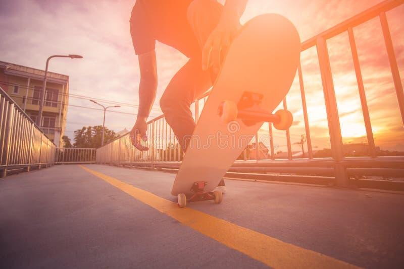 Faire de la planche à roulettes à extérieur photos libres de droits