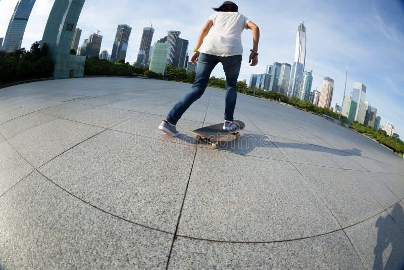 Faire de la planche à roulettes à la ville de lever de soleil images libres de droits