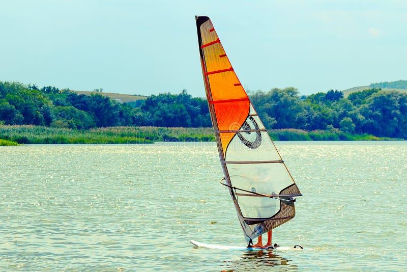 Faire de la planche à voile comme sport aquatique photo libre de droits