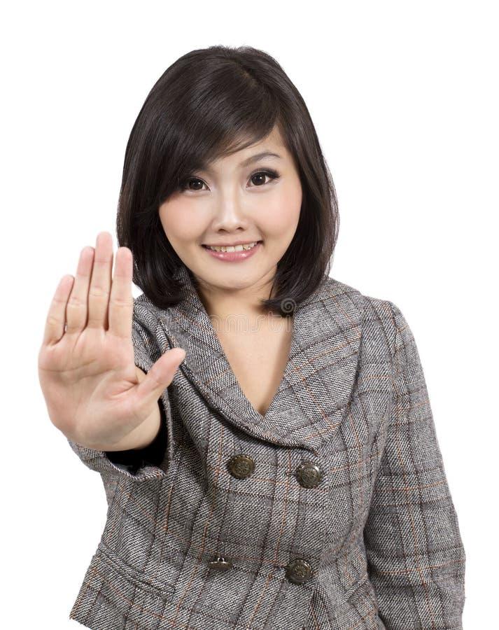 Faire des gestes assez jeune de femme d'affaires photographie stock libre de droits